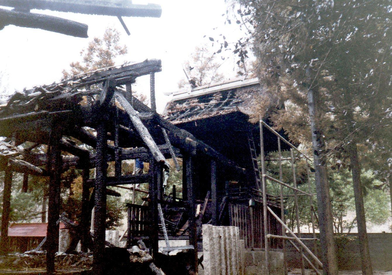 焼失した備前国総社宮の御正殿と拝殿の写真